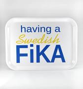 Having a Swedish Fika bricka, vit med blå/gul text